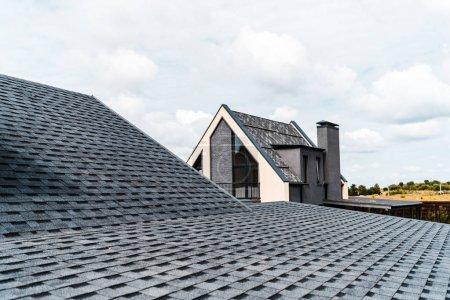 Photo pour Foyer sélectif de la construction avec des fenêtres près du toit - image libre de droit