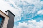 """Постер, картина, фотообои """"низкий угол зрения нового здания против неба с облаками"""""""