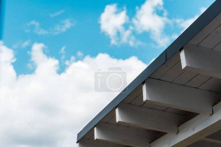 Photo pour Vue à angle bas de la nouvelle construction contre le ciel avec des nuages - image libre de droit