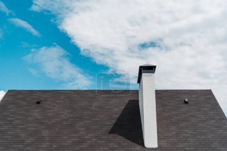 Photo pour Bardeaux sur le toit dans la nouvelle maison de luxe contre le ciel bleu avec des nuages - image libre de droit