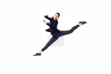 Photo pour Femme d'affaires gracieuse parlant sur le smartphone et regardant la montre tout en lévitant dans la danse d'isolement sur le blanc - image libre de droit