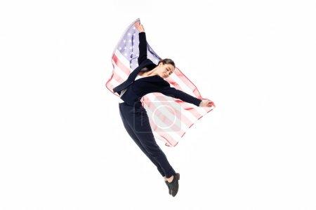 Photo pour Danse de femme d'affaires de sourire avec le drapeau national d'usa d'isolement sur le blanc - image libre de droit