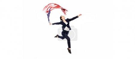 Photo pour Tir panoramique de la danse de femme d'affaires avec le drapeau national d'usa d'isolement sur le blanc - image libre de droit
