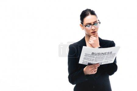 junge nachdenkliche Geschäftsfrau mit Brille liest Wirtschaftszeitung isoliert auf Weiß