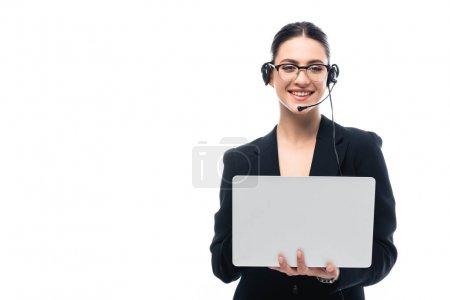 Foto de Operador del centro de llamadas sonriente en los auriculares que utilizan el ordenador portátil mientras mira la cámara aislada en blanco - Imagen libre de derechos