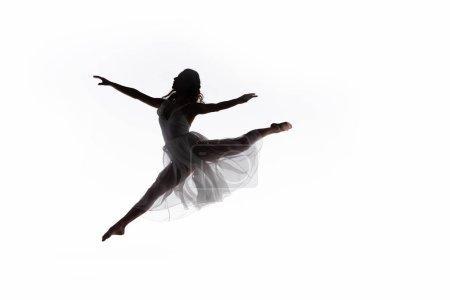 Photo pour Jeune ballerine gracieuse sautant tout en dansant isolé sur blanc - image libre de droit