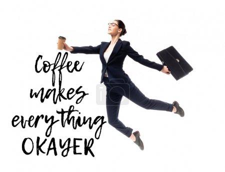 Photo pour Femme d'affaires attrayante retenant le café pour aller et la mallette tout en lévitant près du café rend tout le lettrage correcter isolé sur le blanc - image libre de droit