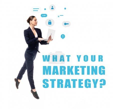 Foto de Joven empresaria usando portátil cerca de lo que su pregunta de estrategia de marketing e iconos de seguridad aislados en blanco - Imagen libre de derechos