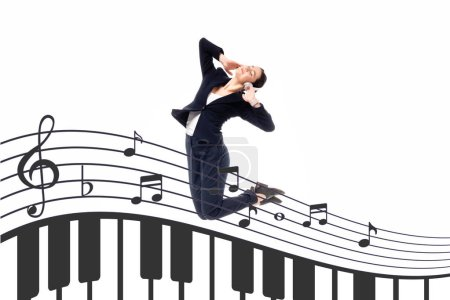 Photo pour Jeune femme d'affaires sautant dans la danse près de l'illustration avec des notes de musique et des touches de piano d'isolement sur le blanc - image libre de droit