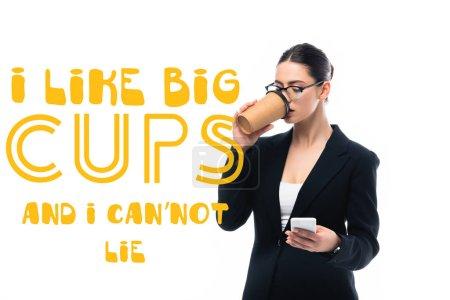 Photo pour Jeune femme d'affaires en utilisant smartphone et boire du café pour aller près i comme de grandes tasses et je ne peux pas mentir lettrage isolé sur blanc - image libre de droit
