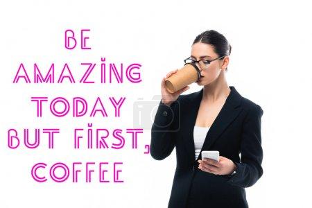 Photo pour Jeune femme d'affaires en utilisant smartphone et boire du café pour aller près d'être étonnant, mais la première inscription de café isolé sur le blanc - image libre de droit