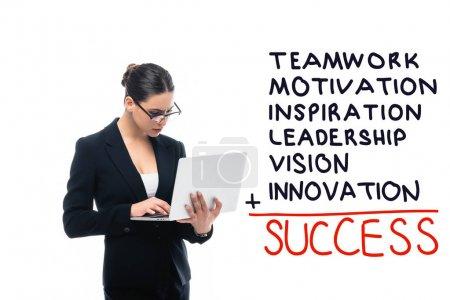 Foto de Mujer de negocios atenta usando laptop cerca de trabajo en equipo, motivación, inspiración, liderazgo, visión, innovación, inscripción de éxito aislada en blanco - Imagen libre de derechos