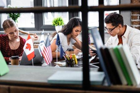 Photo pour Orientation sélective des étudiants multiculturels étudiant dans l'appartement - image libre de droit