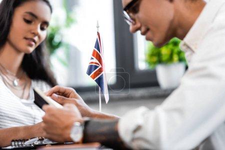 Photo pour Focus sélectif du drapeau national de grande-Bretagne dans l'appartement - image libre de droit