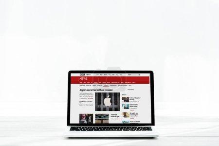 Photo pour KYIV, UKRAINE - 23 JUILLET 2019 : ordinateur portable moderne avec site d'information sur le bbc à l'écran sur blanc - image libre de droit