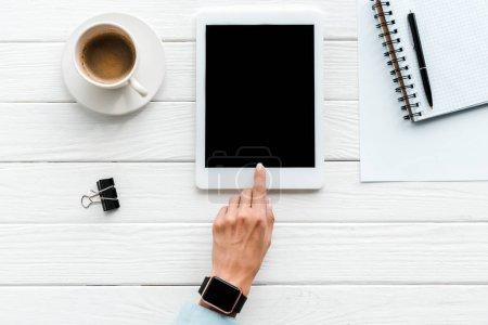 Photo pour Vue du haut de la femme pointant du doigt la tablette numérique avec écran vide près de tasse de café et trombone - image libre de droit