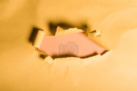 Photo pour Papier jaune en lambeaux avec bord roulé sur orange - image libre de droit