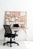 """Постер, картина, фотообои """"доска объявлений с надписями на липких заметках возле стола и стула"""""""