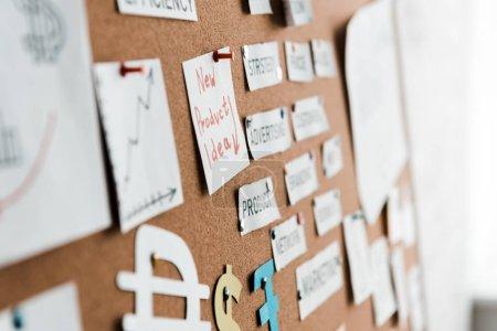 Photo pour L'accent sélectif des papiers avec lettrage sur le panneau d'affichage - image libre de droit