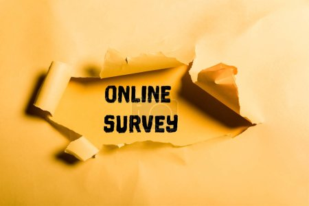 Foto de Papel destrozado con letras de encuesta en línea y bordes enrollados en naranja - Imagen libre de derechos