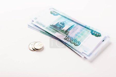 Foto de Enfoque selectivo de rublos rusos y monedas aisladas en blanco - Imagen libre de derechos