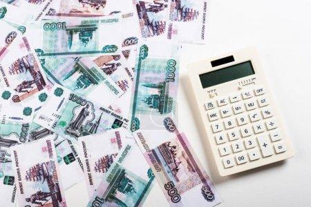 Photo pour Vue supérieure de la calculatrice moderne avec des boutons près de l'argent russe sur le blanc - image libre de droit