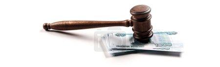 Photo pour Tir panoramique de marteau en bois sur l'argent russe sur le blanc - image libre de droit