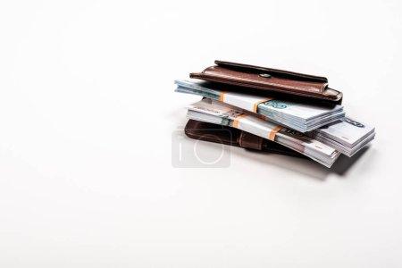 Photo pour Piles avec de l'argent russe en portefeuille en cuir sur blanc - image libre de droit