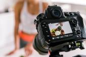 """Постер, картина, фотообои """"селективный фокус цифровой камеры со спортсменкой жестикулируя возле овощей на экране"""""""