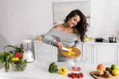 """Постер, картина, фотообои """"счастливая молодая женщина готовит салат возле блендера"""""""