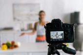 """Постер, картина, фотообои """"селективное внимание цифровой камеры с женщиной жестикулируя возле овощей на экране"""""""