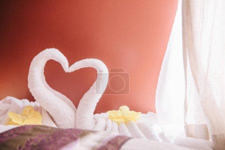 Photo pour Foyer sélectif de la serviette blanche de cygne dans le salon de spa - image libre de droit
