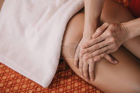 Photo pour Vue recadrée de masseur faisant le massage de pied à la femme dans le salon de spa - image libre de droit