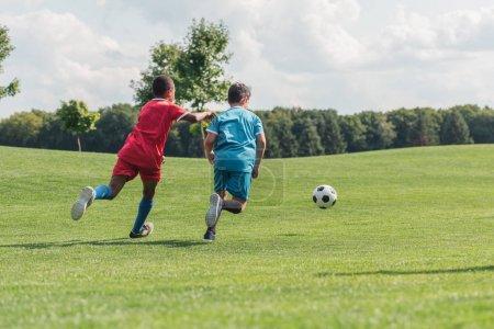 Foto de Vista de nuevo niño afroamericano jugando al fútbol con un amigo - Imagen libre de derechos