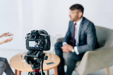 Photo pour Focus sélectif de la caméra numérique prise de vue homme d'affaires en tenue formelle - image libre de droit