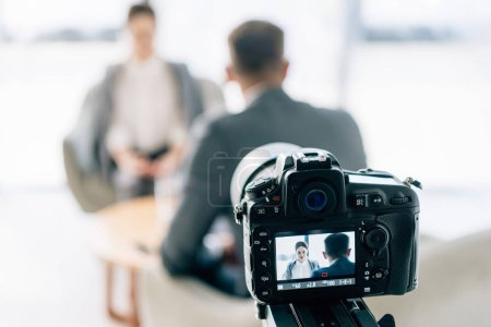 Photo pour Focus sélectif de la caméra numérique tir journaliste et homme d'affaires en tenue formelle - image libre de droit