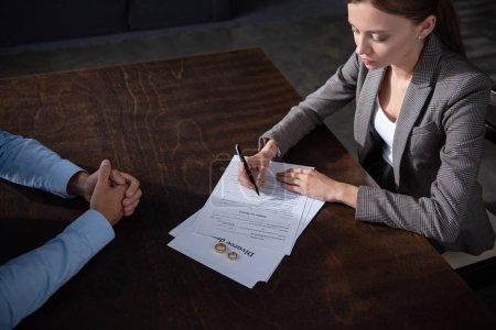 Photo pour Vue partielle du couple à la table avec des documents de divorce - image libre de droit