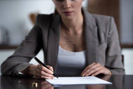 Photo pour Vue partielle de la femme en tenue formelle documents de signature - image libre de droit