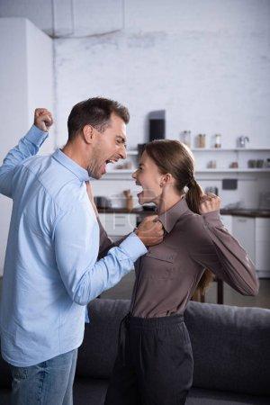 Photo pour Mari et femme en colère se battant et criant l'un contre l'autre - image libre de droit