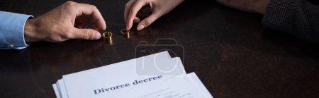 Photo pour Photo panoramique de couple avec des anneaux et des documents de divorce - image libre de droit