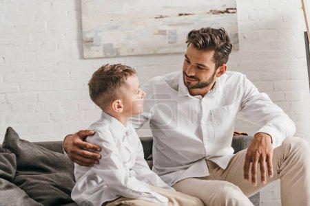 Photo pour Père et fils en chemises blanches se regardant - image libre de droit