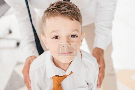 Photo pour Vue partielle du père et du fils en chemises blanches avec cravates - image libre de droit