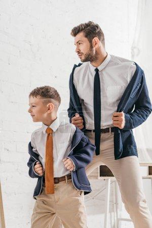 Foto de Padre e hijo confiados en ropa formal en casa - Imagen libre de derechos