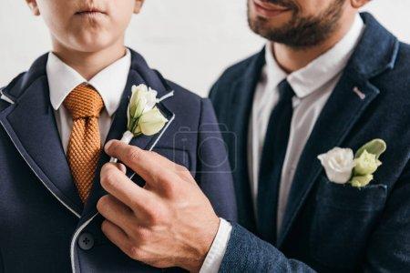 Photo pour Vue partielle de fils et papa en vestes avec boutonnières - image libre de droit