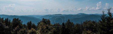 Foto de Foto panorámica de árboles y montañas contra el cielo con nubes - Imagen libre de derechos