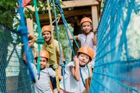 Photo pour Sélectivité des joyeux alpinistes multiculturels dans les casques - image libre de droit