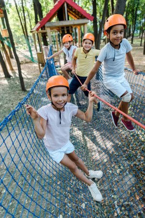 Photo pour Une approche sélective des enfants multiculturels heureux portant des casques - image libre de droit