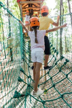 Photo pour Retour des enfants debout sur le sentier de la corde haute - image libre de droit