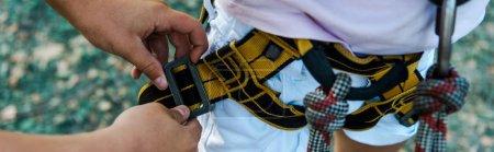 Foto de Plano panorámico de niño tocando equipo de seguridad cerca de amigo - Imagen libre de derechos