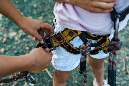 Foto de Recortado vista de niño tocando equipo de seguridad cerca de amigo - Imagen libre de derechos